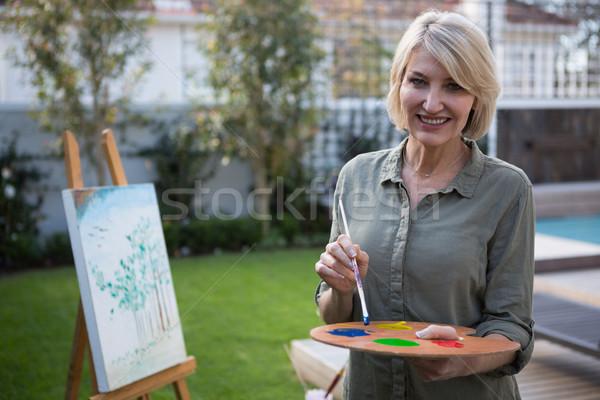 Szczęśliwy kobieta palety pędzel portret Zdjęcia stock © wavebreak_media