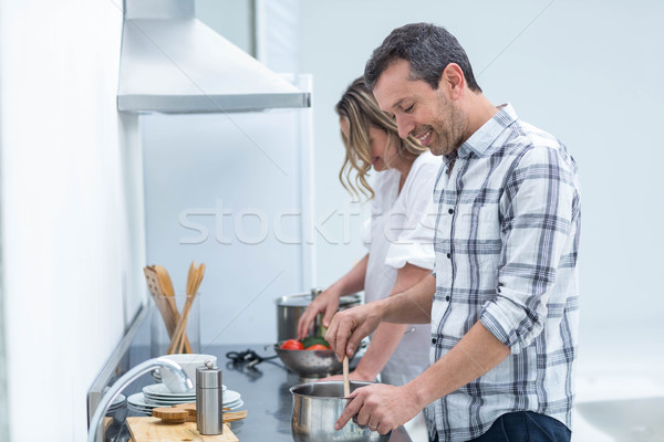 Homme aider femme enceinte alimentaire cuisine femme Photo stock © wavebreak_media