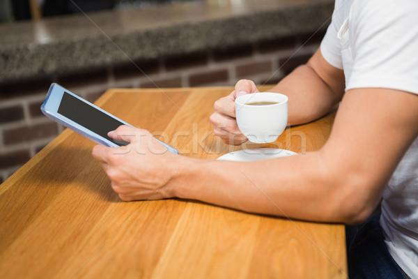 красивый мужчина таблетка кофе Паб счастливым горячей Сток-фото © wavebreak_media
