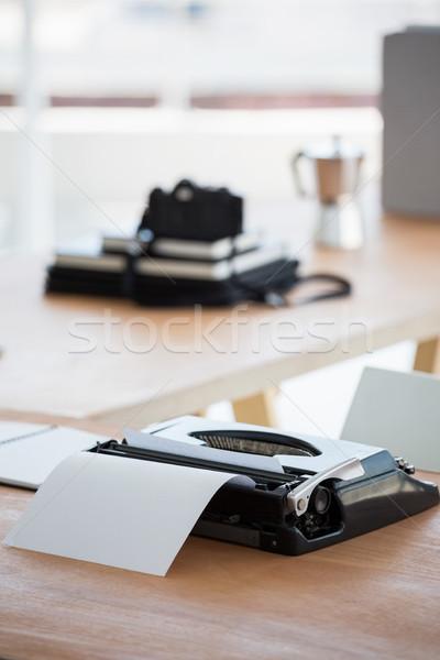 Máquina de escribir escritorio ordenador papel teclado Foto stock © wavebreak_media
