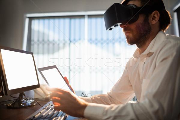 Imprenditore indossare virtuale occhiali ufficio computer Foto d'archivio © wavebreak_media