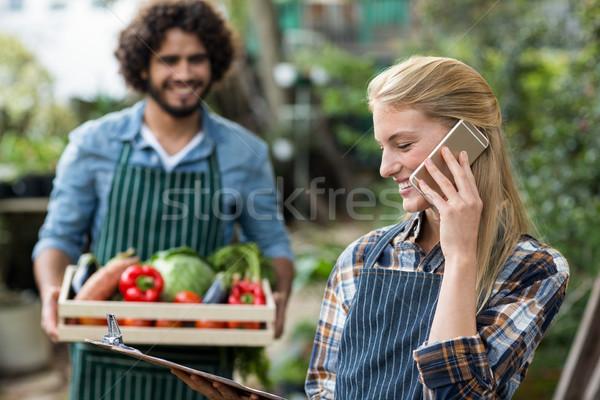 Feminino jardineiro falante celular homem feliz Foto stock © wavebreak_media