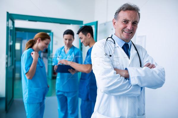 Ritratto sorridere medico piedi braccia incrociate corridoio Foto d'archivio © wavebreak_media
