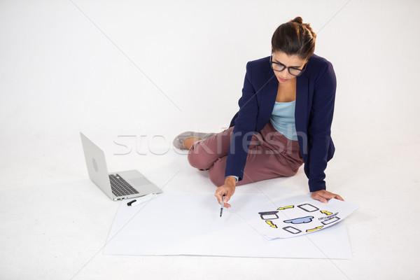 Femme d'affaires graphique icônes blanche affaires portable Photo stock © wavebreak_media