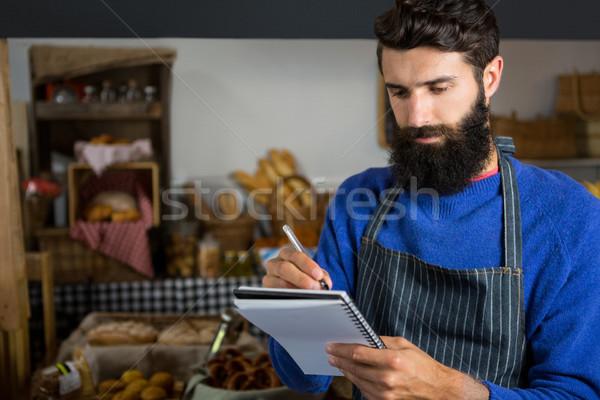 Férfi személyzet ír jegyzettömb pult pékség Stock fotó © wavebreak_media