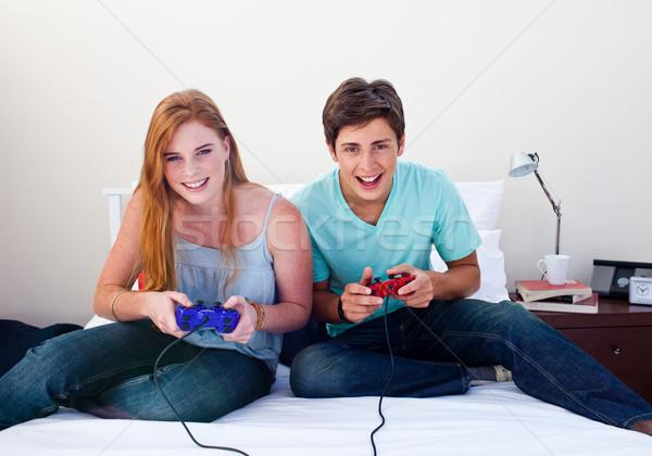 Pareja adolescentes jugando videojuegos dormitorio mujer Foto stock © wavebreak_media