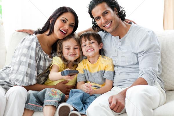 Stock fotó: Boldog · család · néz · tv · együtt · ül · kanapé