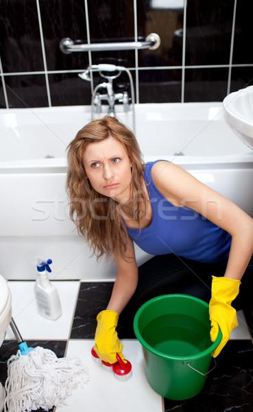 Ongelukkig vrouw schoonmaken badkamers vloer borstel Stockfoto © wavebreak_media