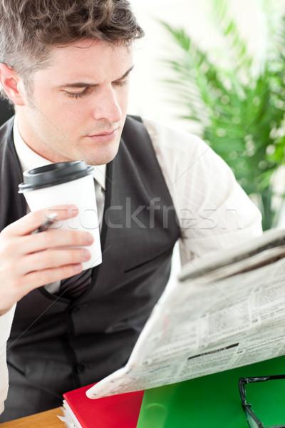 Karizmatikus üzletember iszik kávé olvas újság Stock fotó © wavebreak_media