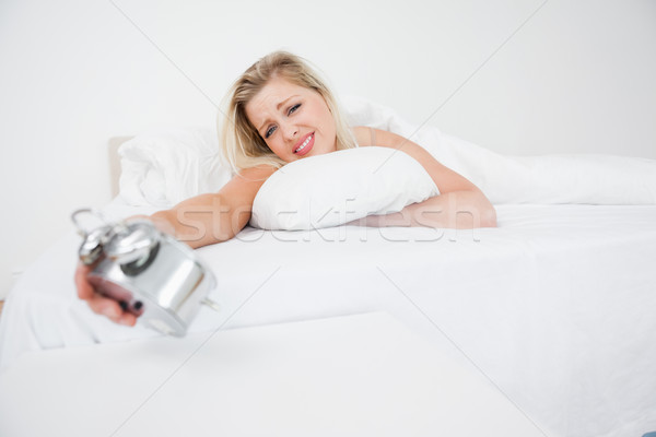 Bouleversé regarder réveil lit temps Photo stock © wavebreak_media