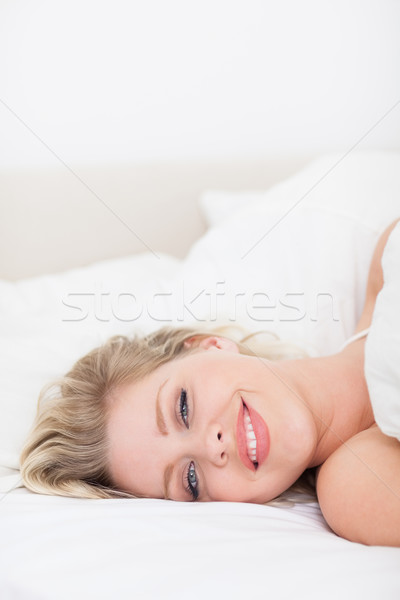 Mosolygó nő fehér ágy női alszik csinos Stock fotó © wavebreak_media
