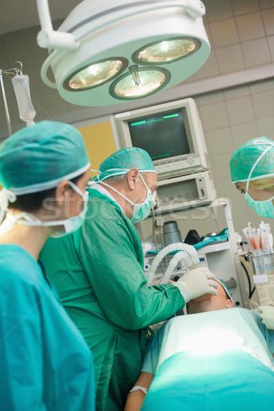 Médicos equipo quirúrgico habitación hombre supervisar Foto stock © wavebreak_media