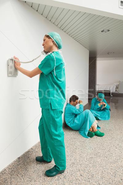 Sebész telefon kórház folyosó kettő sebészek Stock fotó © wavebreak_media