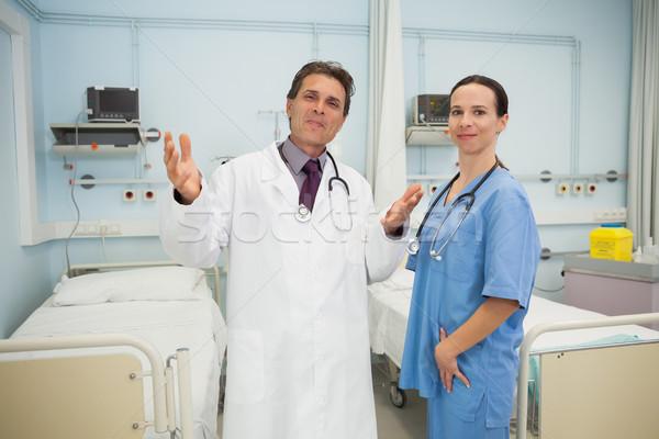Szczęśliwy lekarza pielęgniarki szpitala pokój kobieta Zdjęcia stock © wavebreak_media