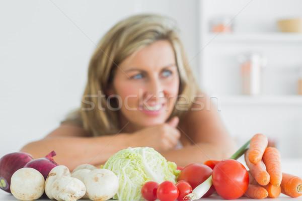 Sorrindo em pé legumes frescos cozinha mulher comida Foto stock © wavebreak_media