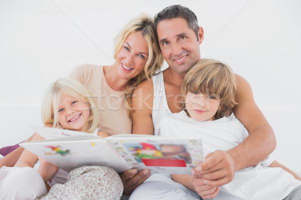 Boldog család olvas tündérmese együtt ágy könyv Stock fotó © wavebreak_media