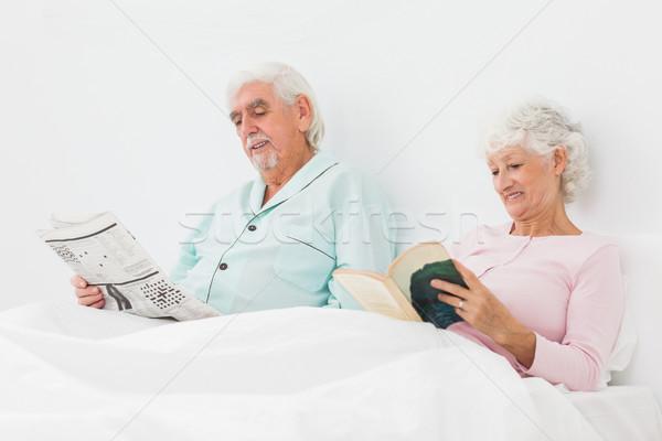 улыбаясь пару чтение кровать пожилого человека Сток-фото © wavebreak_media