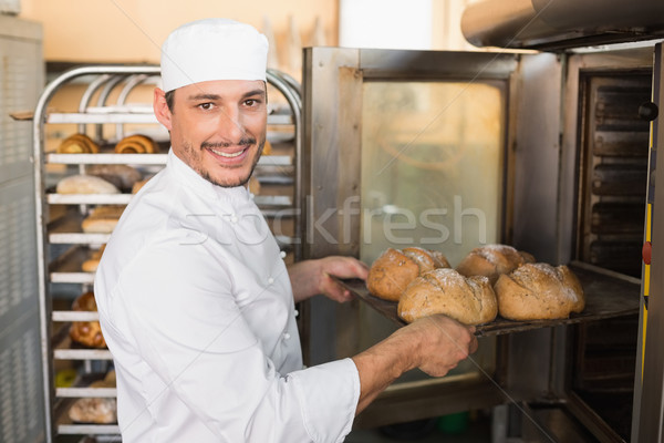 Szczęśliwy piekarz na zewnątrz świeże kuchnia Zdjęcia stock © wavebreak_media