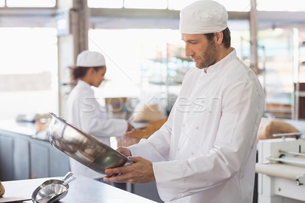 Padeiro olhando tigela cozinha padaria negócio Foto stock © wavebreak_media
