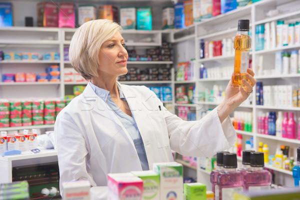 Wesoły farmaceuta lek apteki kobieta Zdjęcia stock © wavebreak_media