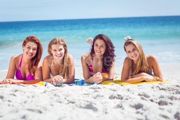Felice amici prendere il sole spiaggia donna estate Foto d'archivio © wavebreak_media