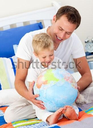 Rodzeństwo patrząc świecie piętrze domu salon Zdjęcia stock © wavebreak_media
