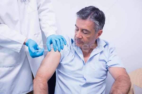 Médecin injection patient hôpital santé table Photo stock © wavebreak_media