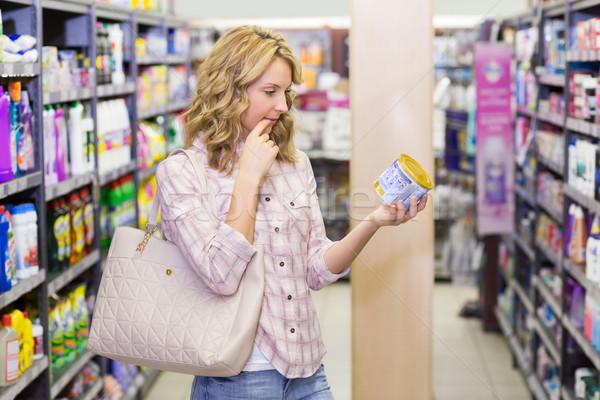 Vista lateral bastante mulher loira olhando produto Foto stock © wavebreak_media