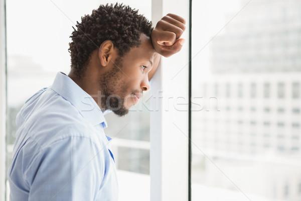 Giovani concentrato imprenditore guardando fuori finestra Foto d'archivio © wavebreak_media