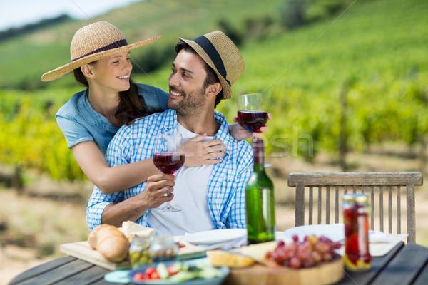 Feliz casal vinho tinto óculos olhando outro Foto stock © wavebreak_media