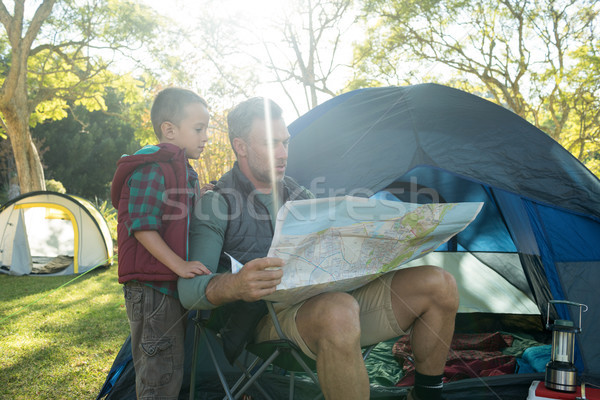 Filho pai olhando mapa fora tenda Foto stock © wavebreak_media