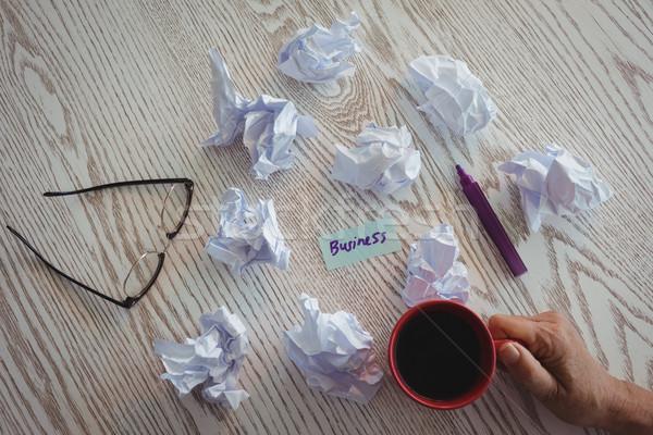 Kéz üzletasszony tart kávéscsésze papírok asztal Stock fotó © wavebreak_media