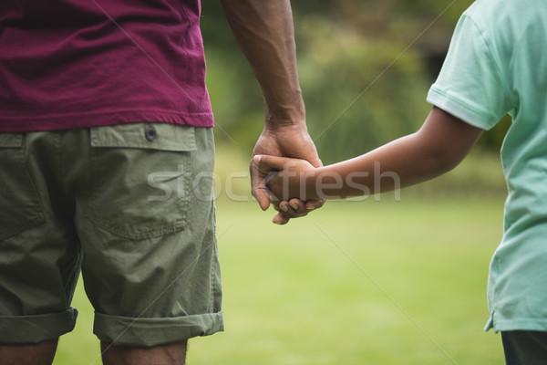 Stock fotó: Középső · rész · apa · fia · kéz · a · kézben · park · gyermek · ital