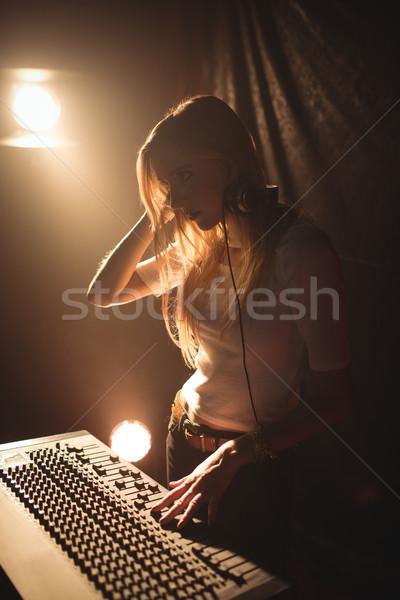 Kadın oynama müzik gece kulübü kadın Stok fotoğraf © wavebreak_media