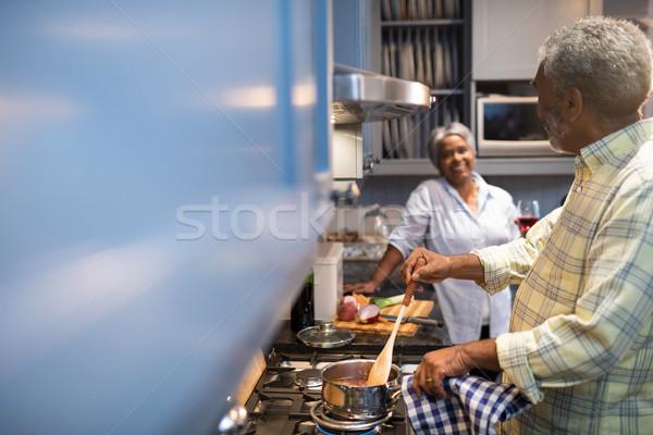 Pár beszél ételt készít otthon konyha étel Stock fotó © wavebreak_media