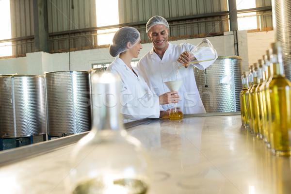Onderzoeken olijfolie fabriek business man tabel Stockfoto © wavebreak_media