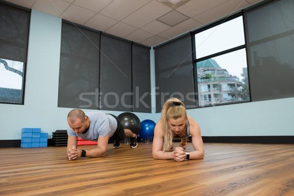 Młodych znajomych drewnianej podłogi siłowni kobieta Zdjęcia stock © wavebreak_media