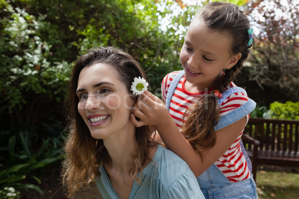 Meisje witte bloem haren moeder vrouw Stockfoto © wavebreak_media