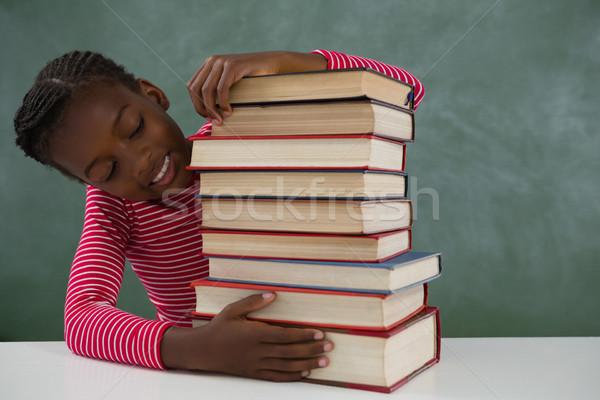Zdjęcia stock: Uczennica · posiedzenia · książek · Tablica · szczęśliwy