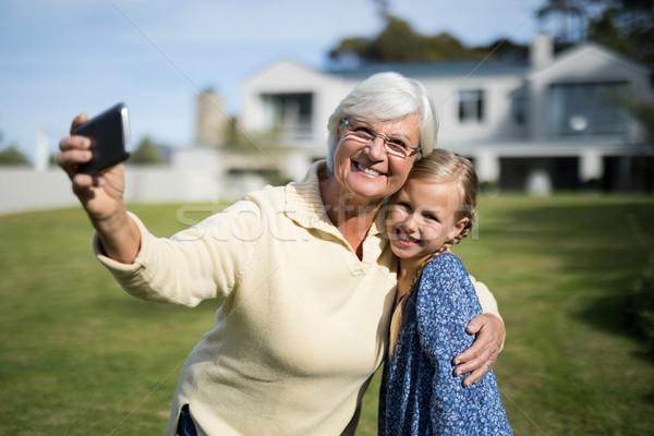 Nonna pronipote cellulare giardino Foto d'archivio © wavebreak_media