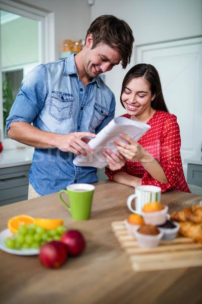 Feliz casal café da manhã leitura jornal casa Foto stock © wavebreak_media