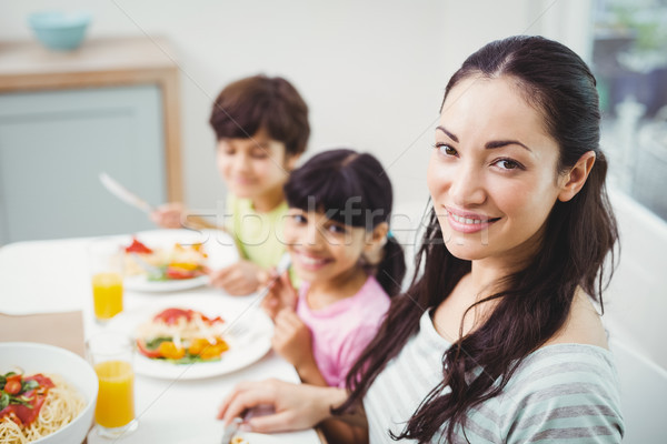 Portret glimlachend moeder kinderen eettafel vergadering Stockfoto © wavebreak_media