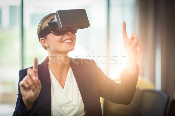 Empresária virtual realidade fone escritório mulher Foto stock © wavebreak_media