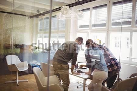 Zdjęcia stock: Graficzne · pracy · biurko · biuro · widok · z · tyłu · kobieta