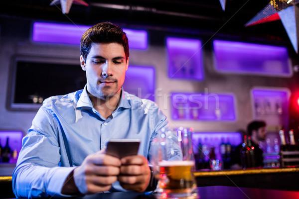 Férfi mobiltelefon bár pult internet étterem Stock fotó © wavebreak_media
