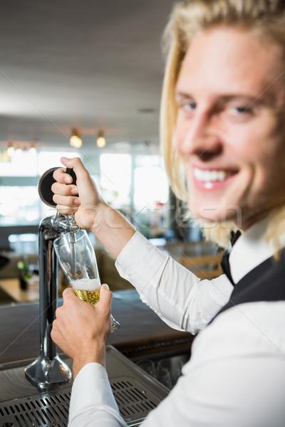 De ober vulling bier bar pompen portret Stockfoto © wavebreak_media