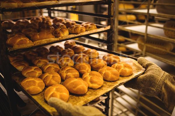 Handen bakker dienblad bakkerij winkel Stockfoto © wavebreak_media