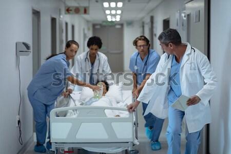 медсестры врач обсуждение бизнесмен больницу интернет Сток-фото © wavebreak_media
