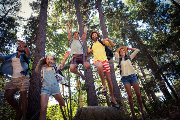 Groupe amis forêt heureux Photo stock © wavebreak_media