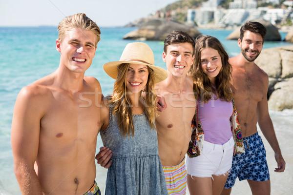 Mosolyog fiatal barátok áll tengerpart nő Stock fotó © wavebreak_media